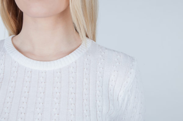 Sweter w drobne warkocze biały