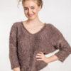 Włochaty sweter z dekoltem w serek brązowy