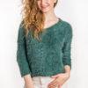 Włochaty sweter z dekoltem w serek zielony