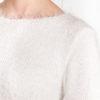 Włochaty sweter taliowany biały