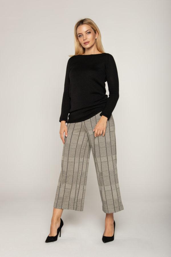 czarny sweter ze wzorem na plecach