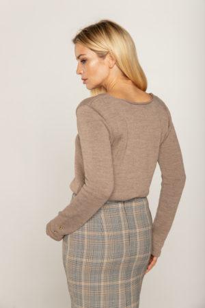 sweter bezowy z guzikami przy reklawach