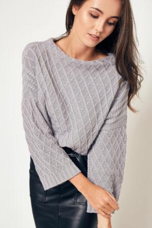 Półgolf wzorzysty – ciekawy sweter o pudełkowym kroju, z podwyższoną stójką i rozszerzanymi rękawami. Niezastąpiony w czasie jesiennych podróży za miasto, ale także na swobodny weekend w mieście… Dostępny w kolorze popielatym i granatowym.