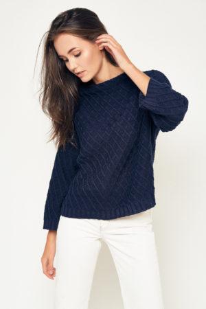Półgolf wzorzysty – ciekawy sweter o pudełkowym kroju, z podwyższoną stójką i rozszerzanymi rękawami ¾. Niezastąpiony w czasie jesiennych podróży za miasto, ale także na swobodny weekend w mieście… Dostępny w kolorze popielatym i granatowym.