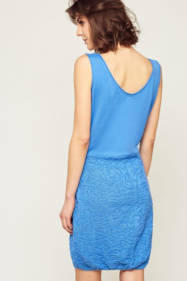Bawełniana sukienka bez rękawów, z ozdobnym, wzorzystym dołem w formie delikatnej bombki. Dostępna w 4 kolorach: zielonym, niebieskim, turkusowym oraz pudrowym różu.