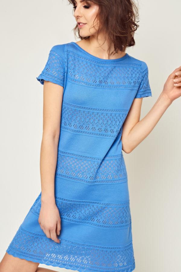 Letnia, bawełniana, z ażurowym wzorem sukienka w różnych wersjach kolorystycznych. Pasuje do szpilek, sandałków, albo tenisówek typu Converse… Idealna na letnie wakacje…